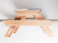 Des tables à pique-nique pour les enfants faites avec des planches de skateboard recyclées
