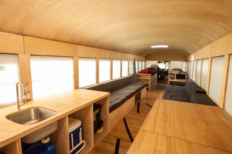 Bien connu Il aménage un autobus en appartement mobile et fait un road trip  SM97