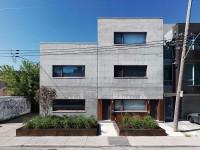 La Beaumont House – Une maison à Montréal qui met de l'avant l'espace et la texture du béton