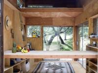 Une adorable cabane en bois pour ranger son matériel de surf et se reposer