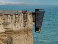 Une maison construite à même le bord d'une falaise