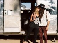 Un couple modifie l'intérieur d'une caravane endommagée de 1979 en petit coin de paradis