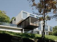 Une maison magnifique et isolée au sommet d'une montagne dans les Laurentides