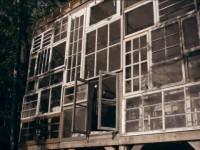 Dream House – Un couple construit une maison dont la façade est faite de fenêtres