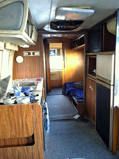 Un couple modifie l 39 int rieur d 39 une caravane endommag e de for Eclairage interieur caravane