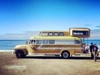 Un surfeur et sa copine travaillent pendant 2 ans pour transformer un autobus de 1948 en maison mobile