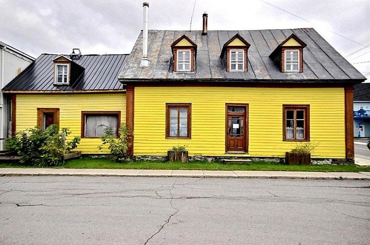 Une charmante maison jaune en vente pour 69 000 30 for Vente maison insolite