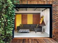 La maison en U située à Montréal est tout simplement magnifique avec sa cour intérieure qui exploite l'idée de la fermeture au contexte urbain environnant