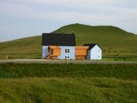 Agrandir une charmante maison bleu craie sans briser le paysage architectural aux Îles-de-la-Madeleine