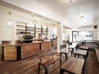 Le café Le Couteau situé sur St-Denis à Montréal mise sur la richesse et la dominance du bois comme décoration intérieure