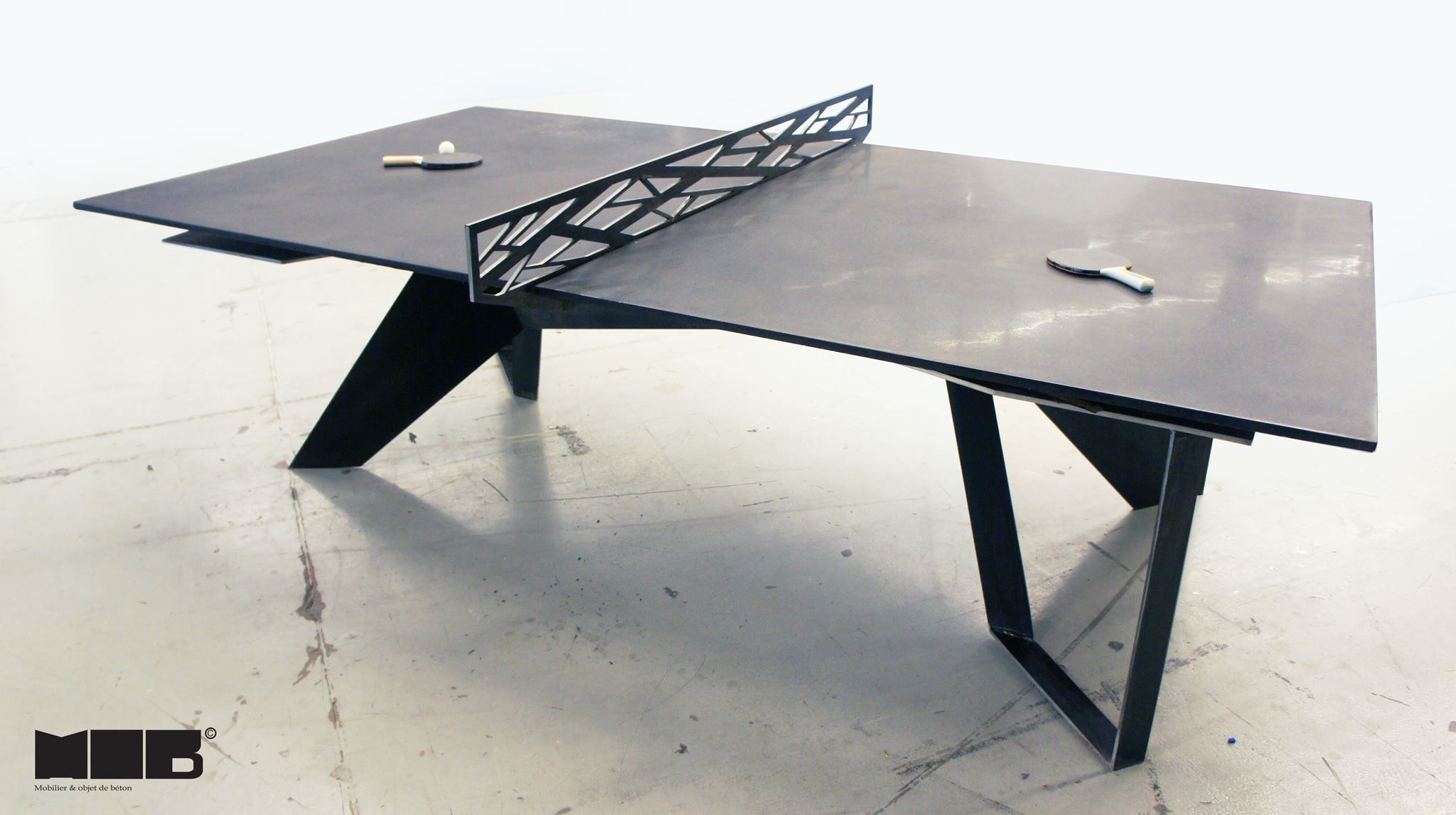 Une table de ping pong en b ton noir et en acier faite par for Table architecture