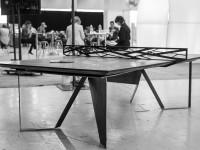 Une table de Ping Pong en béton noir et en acier faite par 2 entreprises québécoises