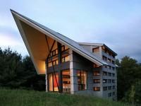 La maison de campagne La Cornette située en Estrie est marquante par son toit élancé qui semble pointer l'horizon