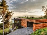 La Résidence Malbaie V située à Charlevoix est entièrement couverte d'un toit végétal qui contribue à s'intégrer merveilleusement dans le paysage