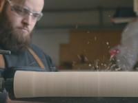 Voici la bande-annonce De l'arbre à la table – Un mini-reportage sur les étapes de fabrication d'une table en bois: abattage, scierie et atelier d'ébénisterie