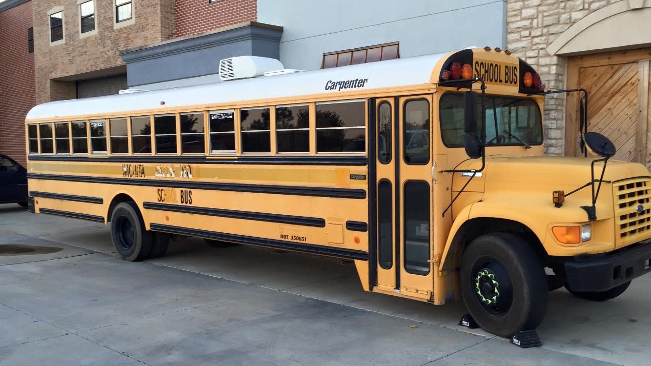Connu Il transforme un autobus scolaire en mini-maison et veut le vendre  PV37