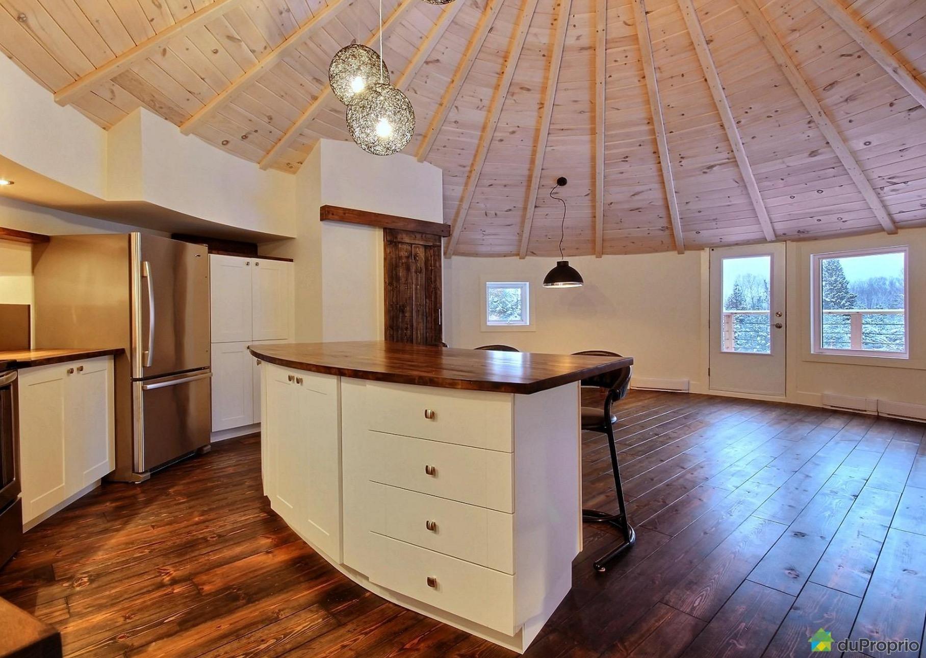 une maison comportant un silo  u00e0 grain dans son b u00e2timent est  u00e0 vendre  u00e0 st