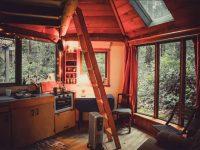Vous pouvez louer cette mignonne cabine au cœur de la forêt en Colombie-Britannique.