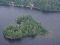 Cette île en forme de cœur à moins d'une heure de Montréal pourrait être à vous!
