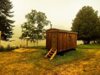 Séjournez dans des wagons de berger et des cabanes entourés de pins majestueux à 15 minutes du Mont-Tremblant