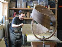 Ces magnifiques meubles de bois noués sont créés par un ébéniste originaire du Saguenay