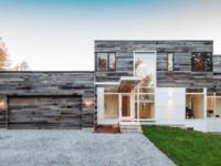 Cette impressionnante maison au design moderne se situe à Cantley au Québec