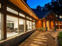 Cette maison construite sur un terrain en pente est un réel havre de paix dans les Laurentides