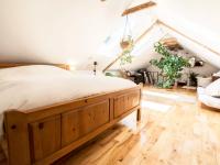 Une paisible maison d'artiste au toit triangulaire à louer sur Airbnb proche de Montréal