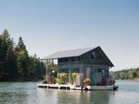 Ce couple a décidé de construire et vivre dans une mini-maison flottante
