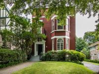Cette jolie maison ancestrale nous charme particulièrement par sa cour intérieure