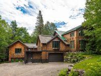 Une jolie maison unifamiliale complètement en bois est à vendre à une heure de Montréal