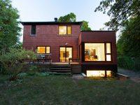 Une maison d'après-guerre transformée par APPAREIL architecture dans ville Saint-Laurent