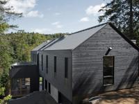Une jolie maison unifamiliale construite sur un impressionnant dénivelé