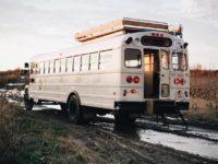 Ces Québécois ont complètement transformé un bus pour en faire une auberge sur roues