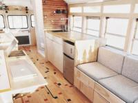 Ces deux étudiants en architecture ont transformé un bus pour partir en voyage et le résultat est fou