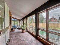 Cette maison unifamiliale au design rétro est présentement en vente à Chomedey