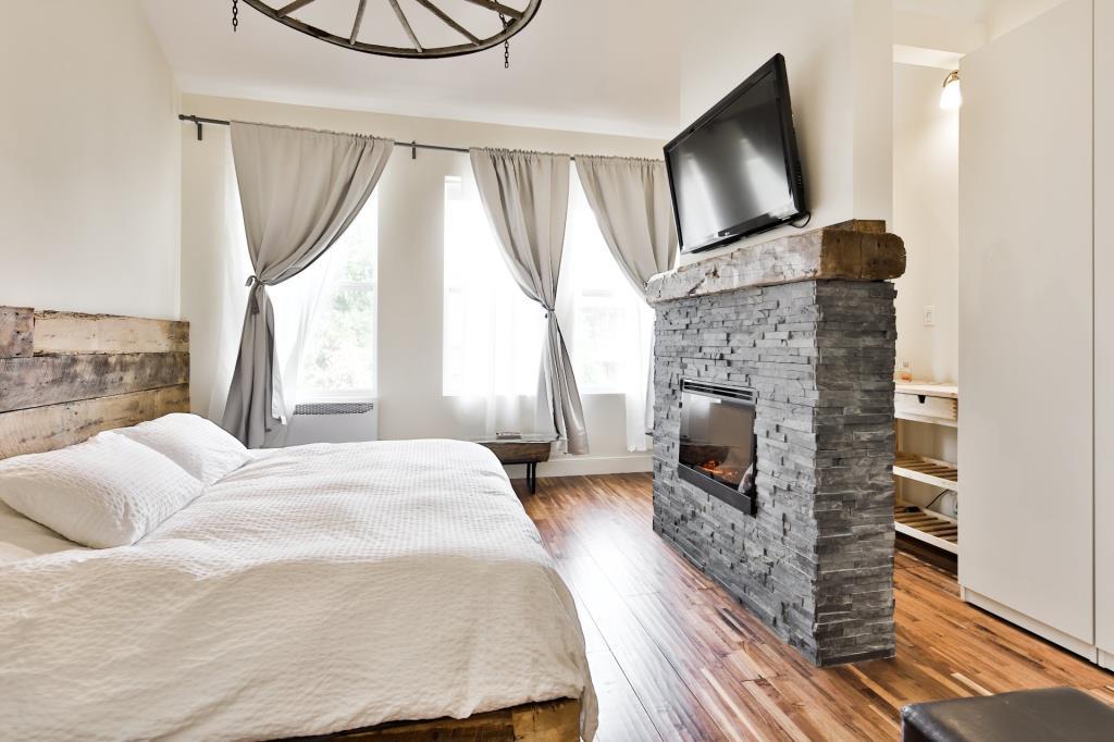 La chambre des ma tres de cette maison en vente montr al for Vente lit montreal